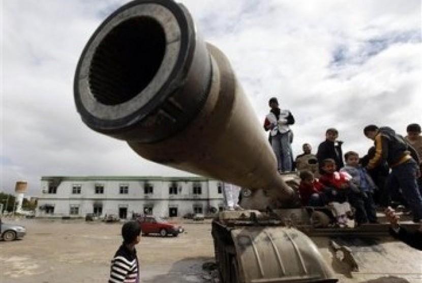 Anak-anak Libya bermain di atas tank milik militer Libya