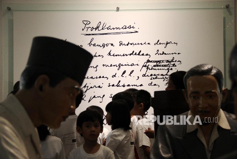 Anak-anak melihat naskah proklamasi saat berkunjung di Museum Perumusan Naskah Proklamasi, Jakarta, Ahad (7/4). Di museum ini anak-anak bisa mempelajari sejarah tentang perjuangan para pendiri bangsa dalam mempersiapkan kemerdekaan, serta mengenal para tokoh bangsa Indonesia dan sejarah Kemerdekaan Indonesia.
