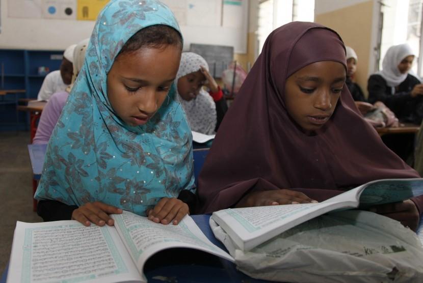 Anak-anak membaca Alquran selama bulan suci Ramadhan dalam sebuah madrasah di Nairobi, Kenya, Sabtu (21/7). (Sayyid Azim/AP)