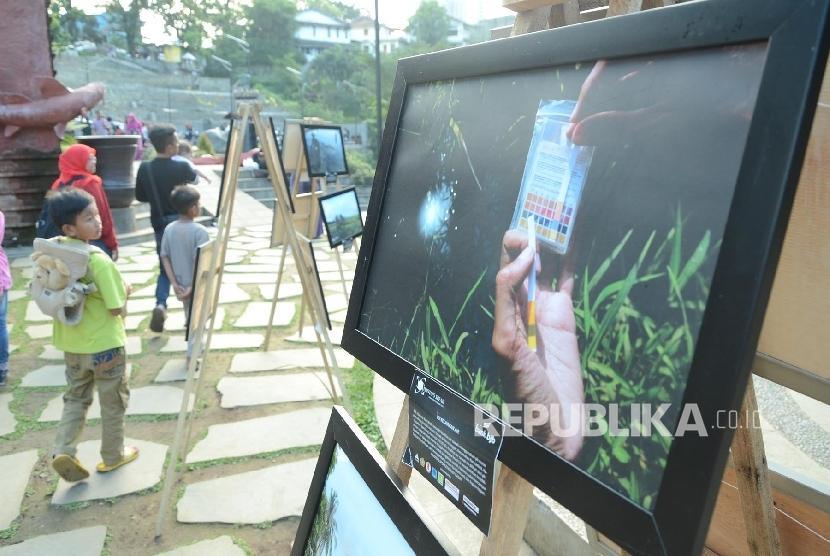 [Ilustrasi] Anak-anak mengamati pameran foto bertema pencemaran lingkungan akibat limbah industri oleh komunitas Photos Speak, di Teras Cikapundung, Kota Bandung, 10 Januari 2017.
