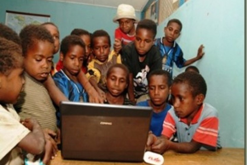 Children n Papua enjoying internet access. (Illustration)