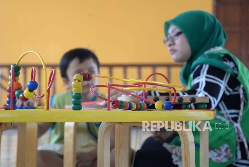 Anak-anak penderita kanker bermain dan belajar didampingi guru di Yayasan Kasih Anak Kanker Indonesia, Jakarta.