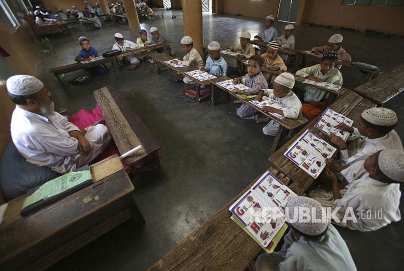 Anak-anak pengungsi Rohingya belajar di madrasah, di Karachi, Pakistan, Kamis, (14/9).