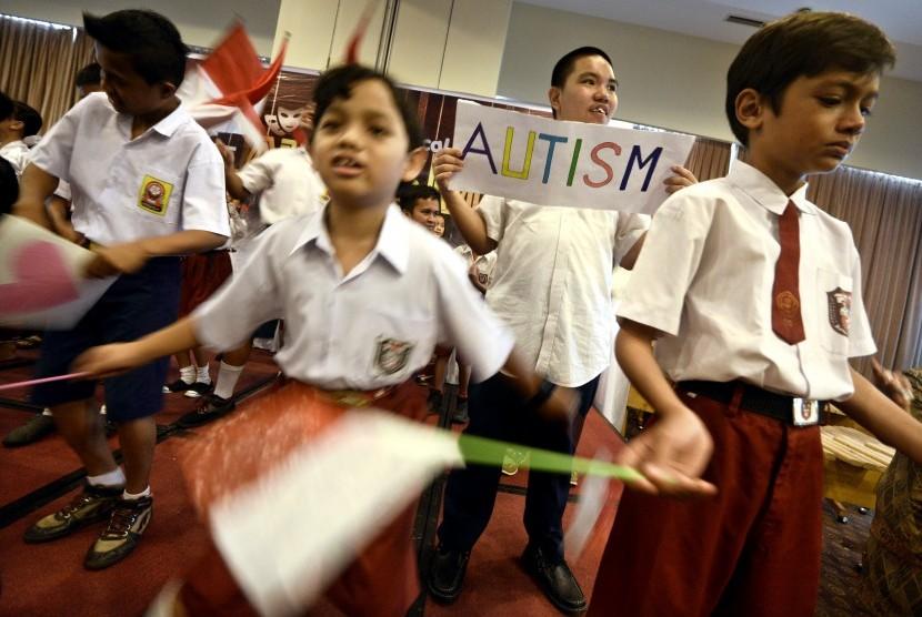 Anak-anak penyandang autisme bernyanyi bersama (Ilustrasi)