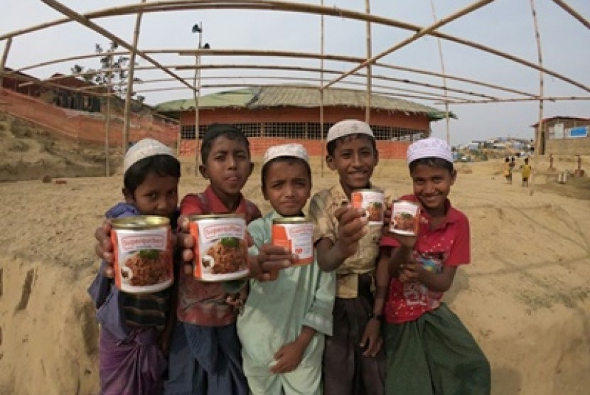 Anak-anak Rohingya menikmati daging kornet superqurban.