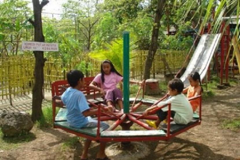 Anak-anak sedang bermain di taman bermain (ilustrasi)
