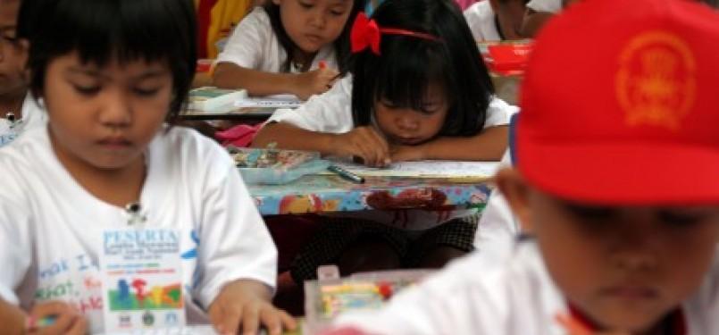 Anak-anak tengah mengikuti lomba mewarnai (ilustrasi).