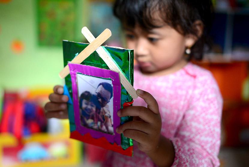Anak-anak TK belajar membuat bingkai foto dirinya bersama ayahnya, Makassar, Sulawesi Selatan, Kamis (12/11).