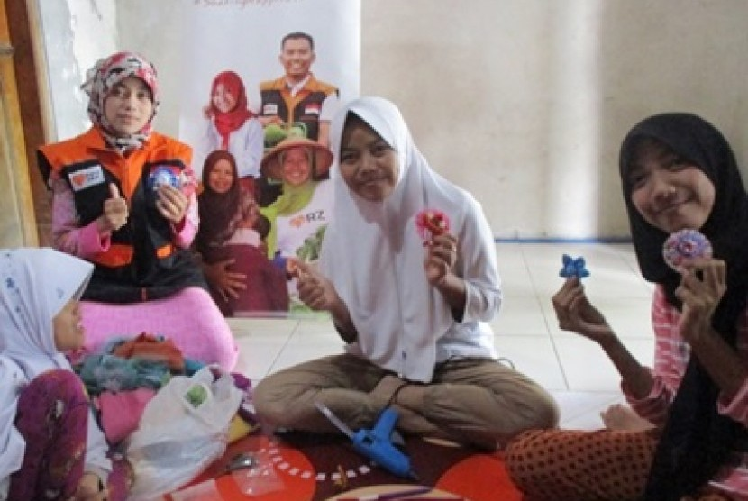 Anak binaan Rumah Zakat ketika melakukan praktik kewirausahaan di Cimahi, Jawa Barat, Sabtu (8/7).
