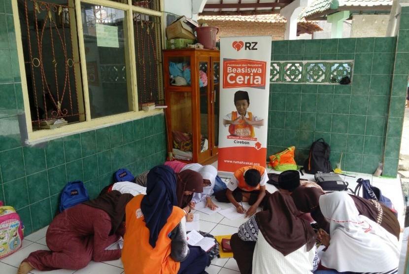 Anak Juara binaan Rumah Zakat Kecamatan Lemahwungkuk, Kota Cirebon tengah menulis Surat Suara Hati (SSH) sebagai ungkapan terima kasih kepada para donatur, Senin (13/3).