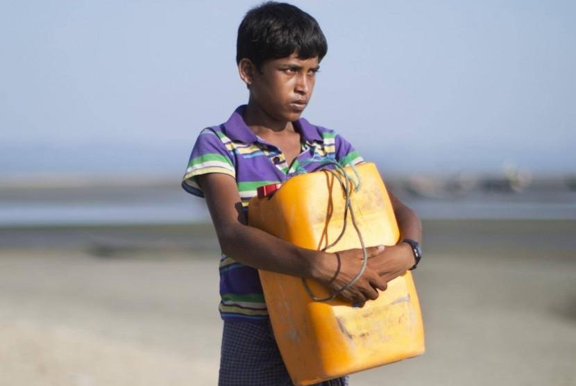 Anak laki-laki Rohingya Nabi Hussain yang menyelamatkan diri dari tentara Myanmar dengan berenang dengan jeriken.