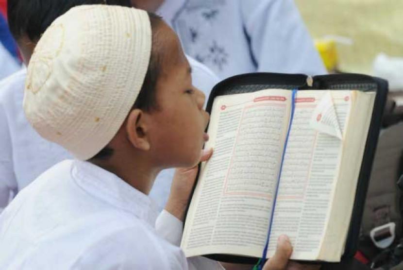 Anak membaca Alquran