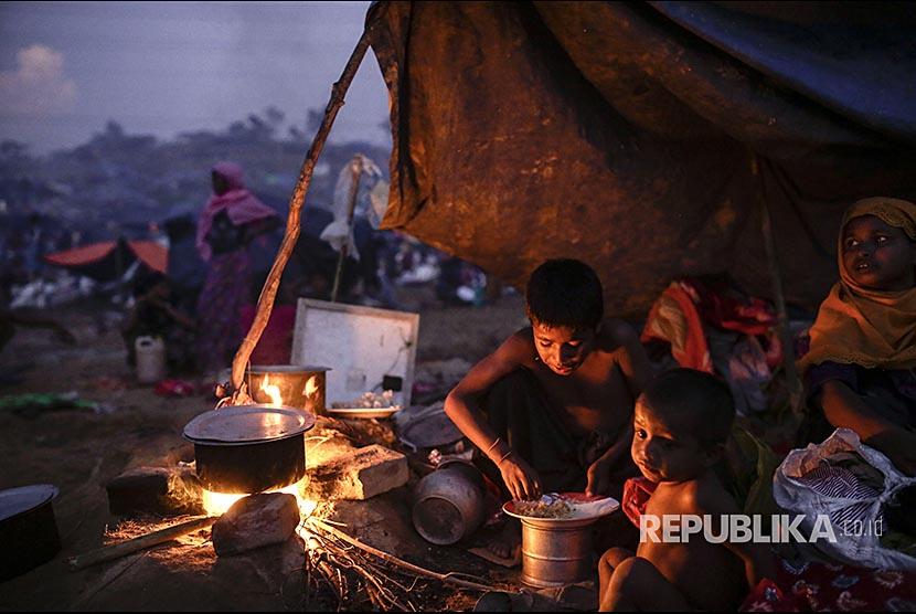 Anak pengungsi Rohingya memasak makanan di Tangkhali -Ukhiya, Bangladesh