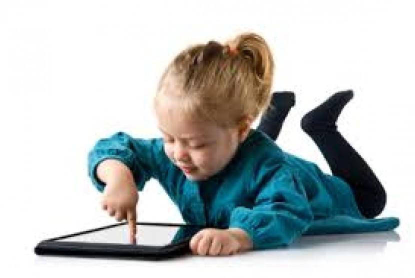 Anak perlu diberi batasan saat bermain dengan gadget.