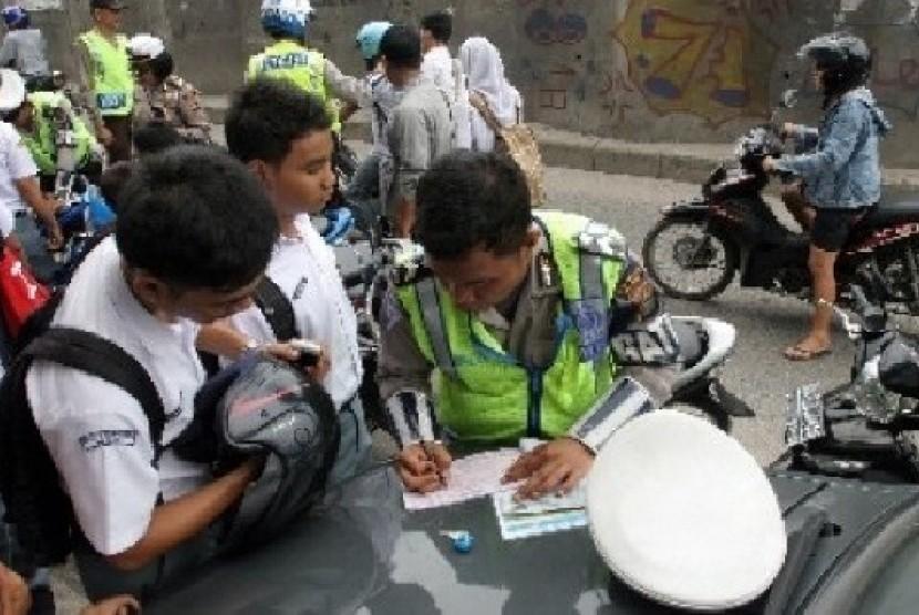 Anak sekolah saat dirazia kendaraan/ilustrasi