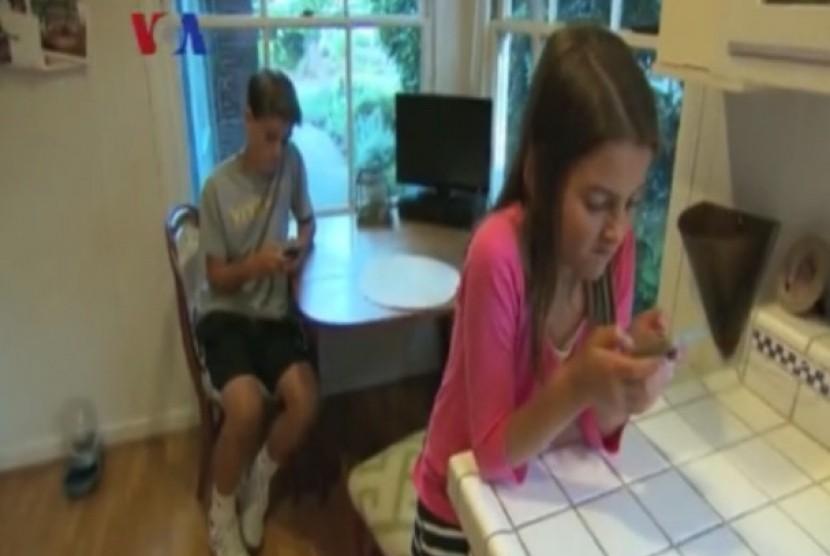 Anak tengah bermain ponsel