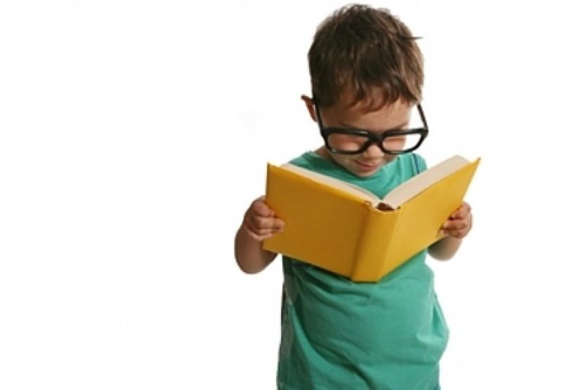 Anak usia dini menikmati buku