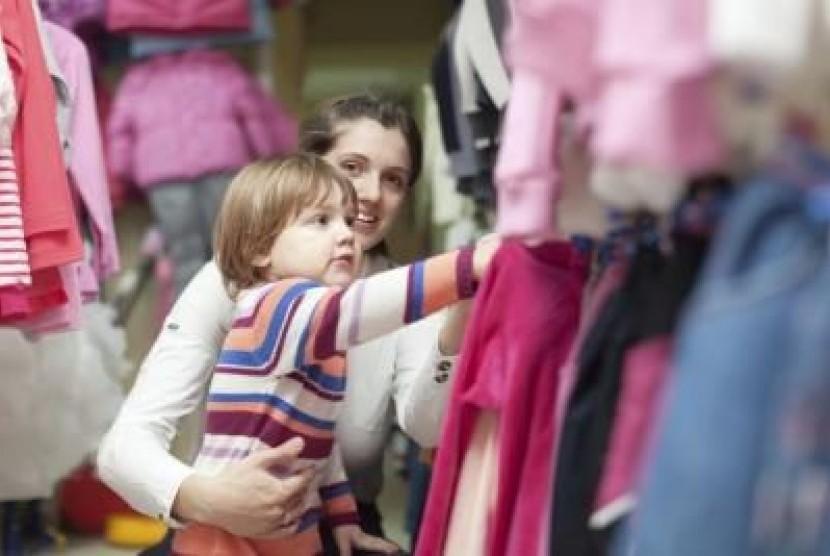 Anak usia dua tahun sudah bisa membuat pilihan, misalnya baju yang disukai.