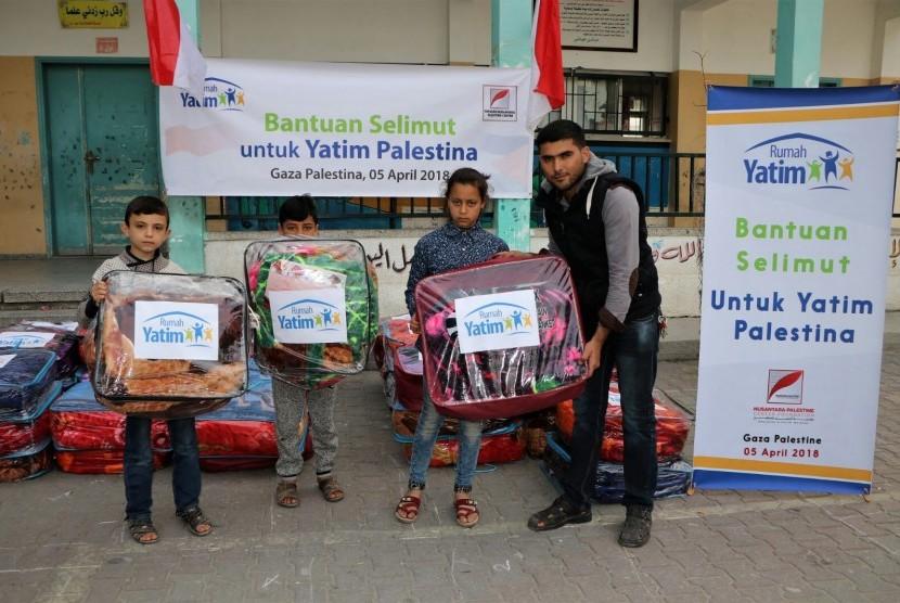 Anak yatim Palestina tampak bahagia menerima bantuan dari Rumah Yatim, pekan lalu.