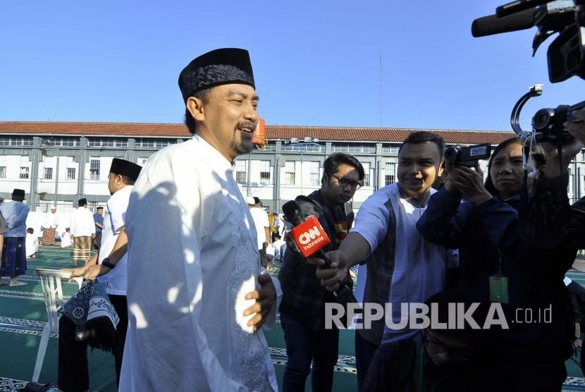 Andi Mallarangeng diwawancara wartawan usai shalat Idul Fitri di Lapas Sukamiskin, Kota Bandung, Rabu (6/7). (Mahmud Muhyidin)