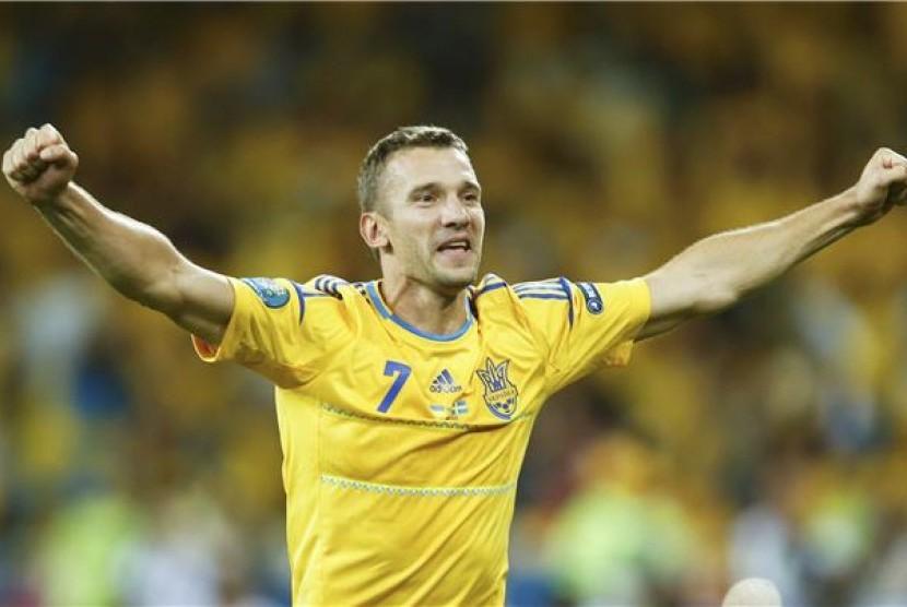 Andriy Shevchenko, striker andalan Ukraina, meluapkan kegembiraannya usai membawa timnya mengalahkan Swedia di laga Grup Piala Eropa 2012 di Stadion Olimpiade, Kiev, Ukraina, Senin (11/6).