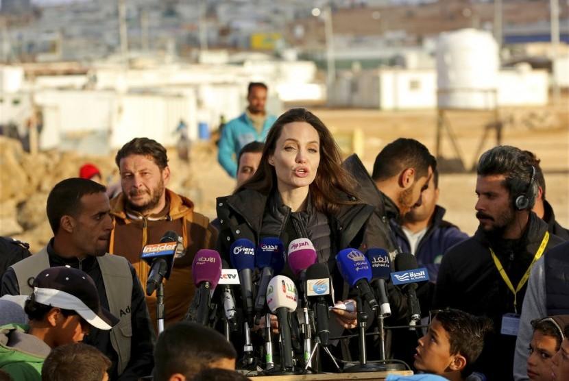 Angelina Jolie berbicara di hadapan media saat mengunjungi kamp pengungsi Suriah di Zataari, Yordania.
