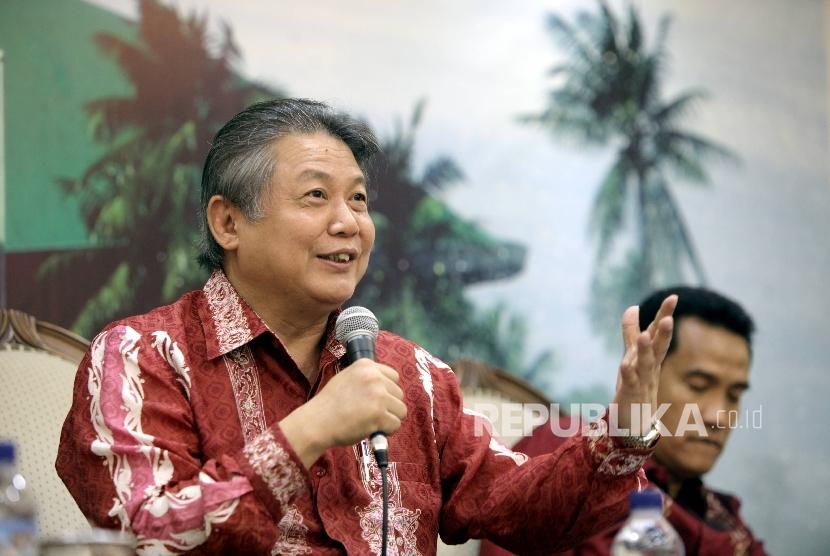 PDIP politician Hendrawan Supratikno (left)