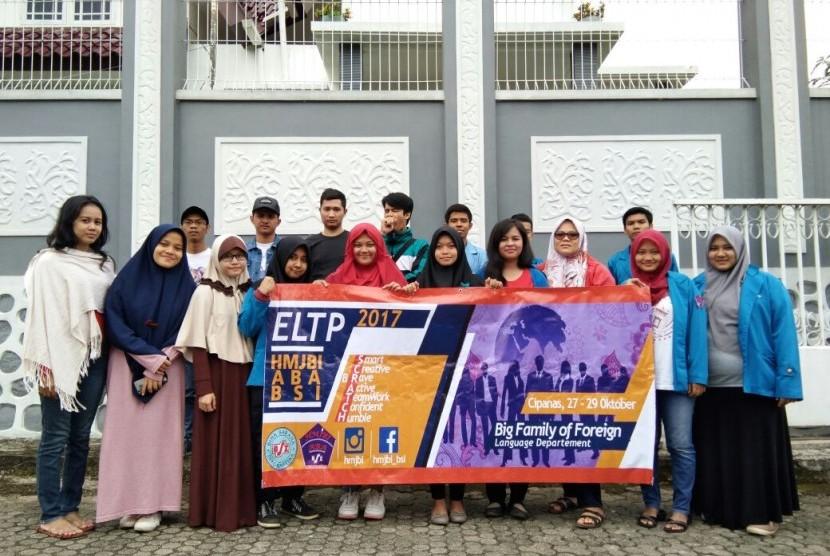 Anggota baru Himpunan Mahasiswa Jurusan Bahasa Inggris (HMJBI) Akademi Bahasa Asing (ABA) BSI Jakarta.