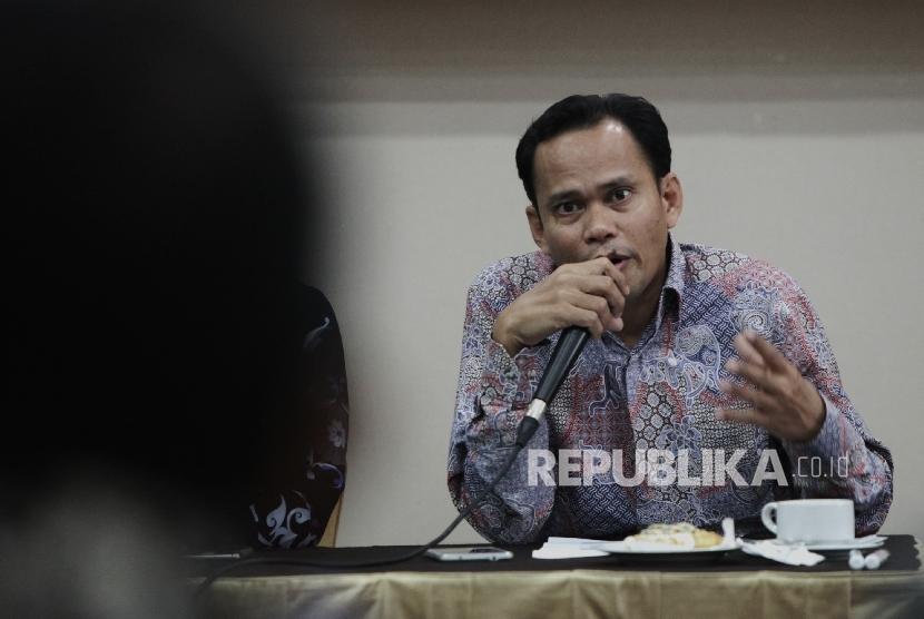 Anggota Bawaslu DKIJakarta Bidang Hukum dan Penindakan Pelanggaran Muhammad Jufri memaparkan hasil rekapitulasi pelanggaran Pilgub DKI Jakarta di Jakarta Pusat, Jumat (6/1).