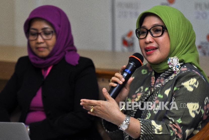 Anggota Bawaslu Ratna Dewi Pettalolo (kanan)