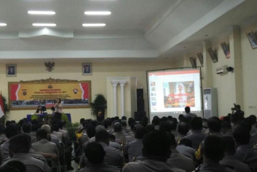 Anggota Bhabinkamtibmas  Polda DIY mengikuti pelatihan komunikasi efektif yang diberikan oleh AMIK BSI Yogyakarta.