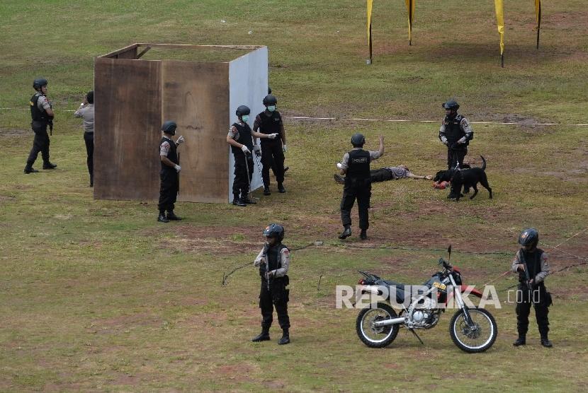 Anggota Brimob melakukan simulasi penanganan terorisme di lapangan Polda Metro Jaya, Jakarta, Kamis (4/2).
