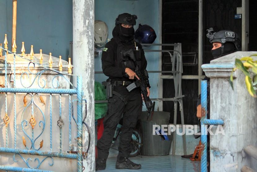 [Ilustrasi] Anggota Densus 88 Mabes Polri berjaga saat melakukan penggeledahan rumah terduga anggota jaringan teroris Jemaah Ansharut Daulah (JAD).