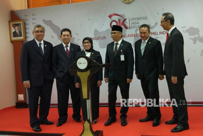 Anggota Dewan Komisioner OJK melakukan konferensi pers mengenai perkembangan industri jasa keuangan terkini di Kantor Pusat OJK, Jakarta, Jumat (10/11).