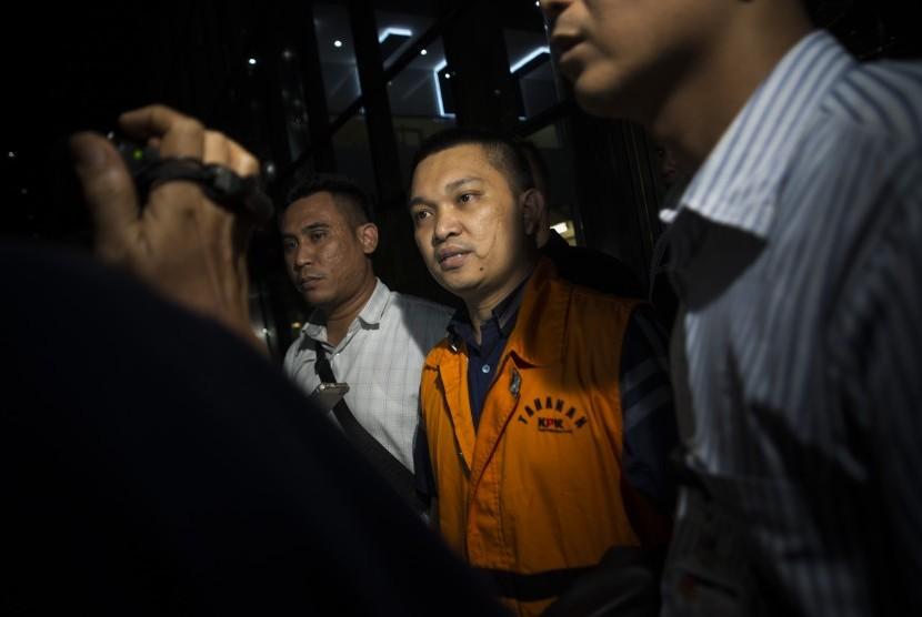 Anggota DPR Komisi XI dari Fraksi Partai Golkar Aditya Moha (kedua kanan) berjalan keluar menggunakan rompi tahanan usai diperiksa di gedung KPK, Jakarta, Ahad (8/10) dini hari.