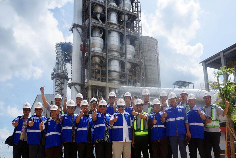 House of Representatives' member oversee the Semen Indonesia factory in Rembang, Central Java, Saturday (Nov 26, 2016).