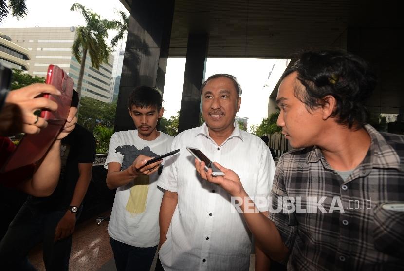 Anggota DPR RI dari fraksi Partai Golkar Markus Nari (tengah) dimintai keterangan oleh awak media seusai menjalani pemeriksaan di Gedung Komisi Pemberantasan Korupsi (KPK), Jakarta, Rabu (7/12).