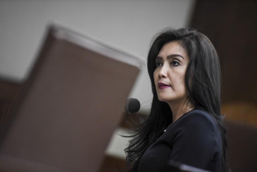 Anggota DPR Rieke Diah Pitaloka memberikan keterangan saat menjadi saksi ahli dalam sidang Peninjauan Kembali (PK) Perkara Kasasi Mahkamah Agung tekait PHK sepihak pegawai oleh Pelindo II, di Pengadilan Negeri Jakarta Pusat, Jakarta, Senin (16/10).