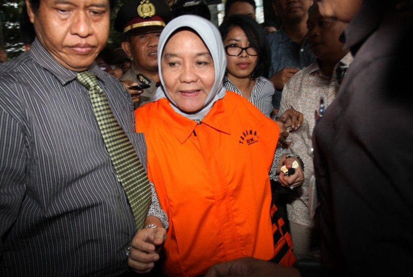 Anggota DPRD Sumatera Selatan Lucianty Pahri (tengah) mengenakan baju tahanan seusai menjalani pemeriksaan di gedung Komisi Pemberantasan Korupsi (KPK), Jakarta, Jumat (18/12).