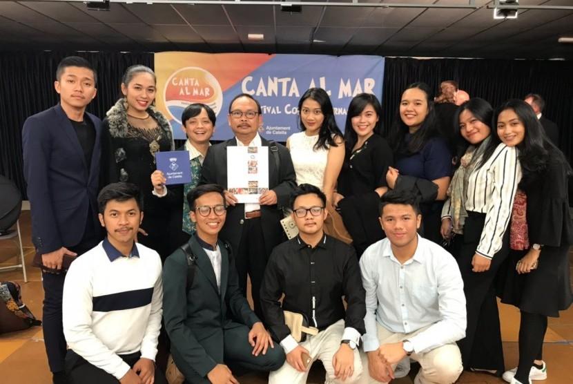 Anggota grup vokal Vocademia UI juara 1 dalam lomba Canta Al Mar, Festival Coral International di Spanyol.