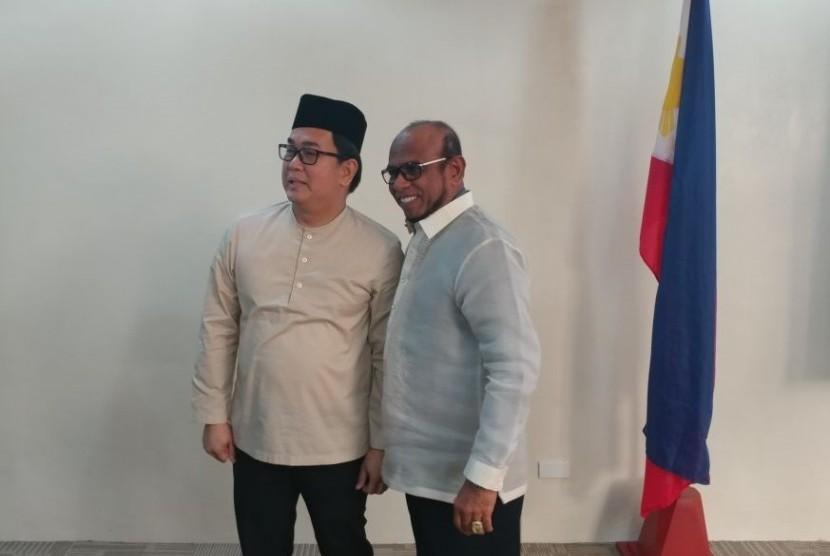 Anggota House of the Representatives Filipina, Aniceto 'John' Bertiz III (kiri) berfoto bersama anggota DPD RI dari Jambi, Abu Bakar Jamalia (kanan).