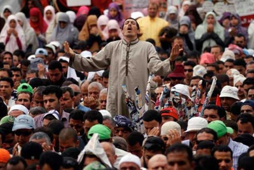 Anggota Ikhwanul Muslimin saat menggelar demonstrasi di Tahri Square, Kairo, Mesir, (20/4).