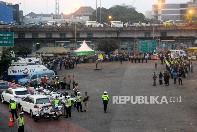Anggota kepolisian menggelar apel kesiapan pengamanan bulan Ramadhan di Terminal Kampung Melayu, Jakarta, Jumat (26/5).