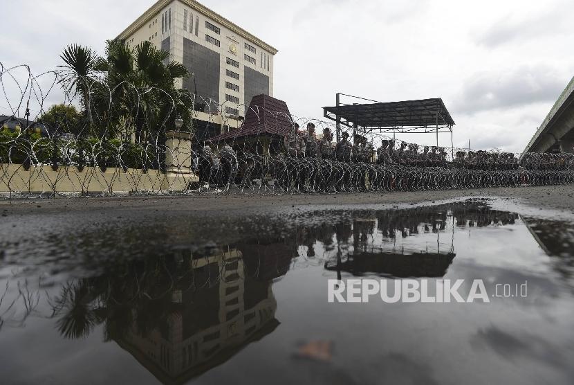 Anggota Kepolisian menjaga jalannya aksi FPI di depan Mabes Polri, Jakarta, Senin (16/1).