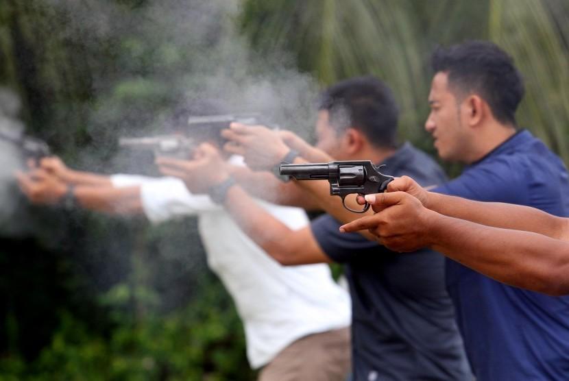 Polisi menembak (ilustrasi).