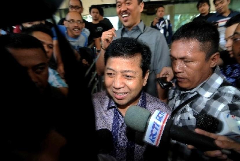 Anggota Komisi III Dewan Perwakilan Rakyat Setya Novanto usai diperiksa di Gedung KPK, Jakarta, Senin (19/8).