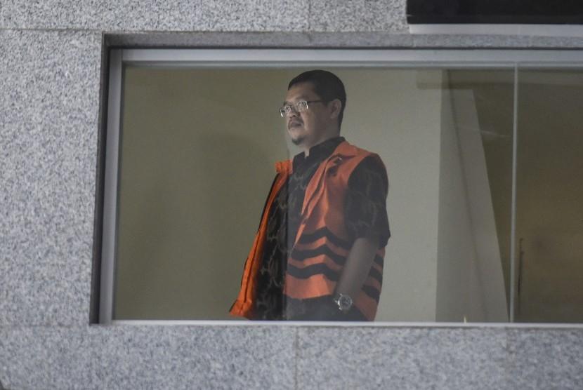 Anggota Komisi V DPR dari fraksi PKS Yudi Widiana Adia (kanan) melihat dari balik jendela ketika akan melaksanakan Salat Jumat di sela-sela pemeriksaan di gedung KPK, Jakarta, Jumat (13/10).