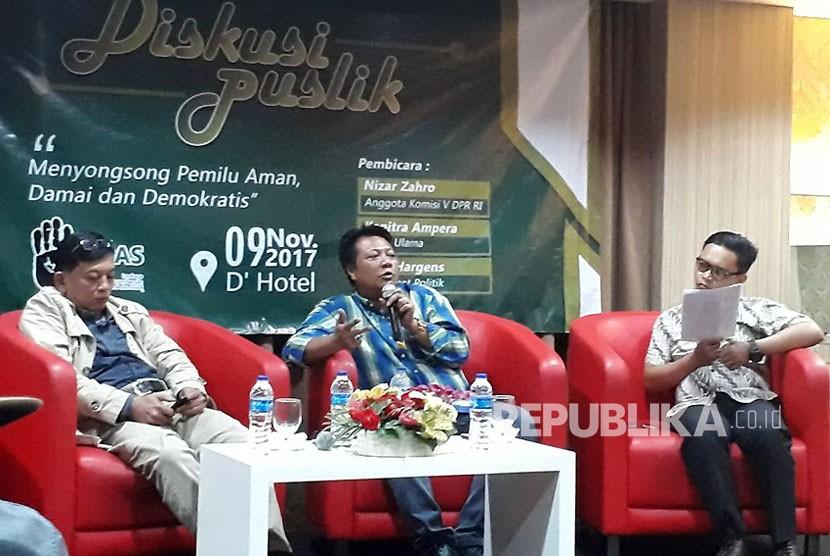 Anggota Komisi V DPR, M Nizar Zahro,  dalam diskusi bertajuk 'Menyogsong Pemilu Aman, Damai dan Demokratis' yang digelar di D'Hotel, Setiabudi, Jakarta Selatan, Kamis (9/11).Nizar mengungkapkan calon kepala daerah cenderung tidak siap kalah dalam Pilkada.