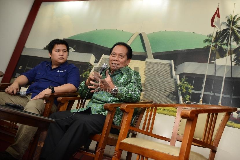 Anggota Komisi V DPR RI, Anton Sihombing (kanan) memberikan penyampaian mengenai permasalahan pelabuhan Indonesia di ruangan Media Centre, DPR RI, Jakarta, Jumat (19/6). (Republika/Raisan Al Farisi)