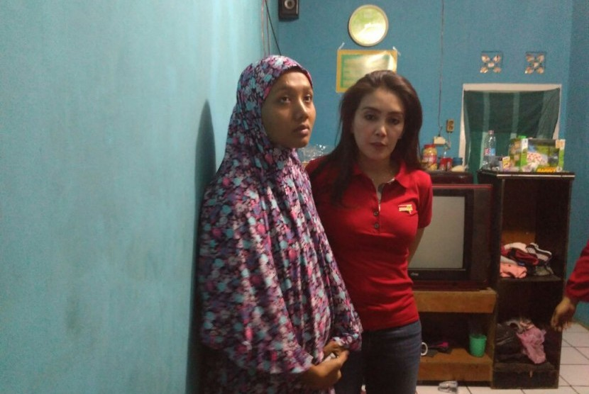 Anggota Komisi VI DPR RI Rieke Diah Pitaloka mengunjungi rumah duka korban pembakaran Muhammad Alzahra (Joya) di Kampung Jati, Cikarang Kota, Cikarang Utara, Kabupaten Bekasi, Ahad (6/8).